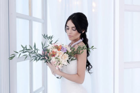 Vrouw met bruidsboeket