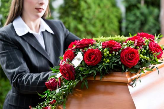 Rouwbloemen op de kist