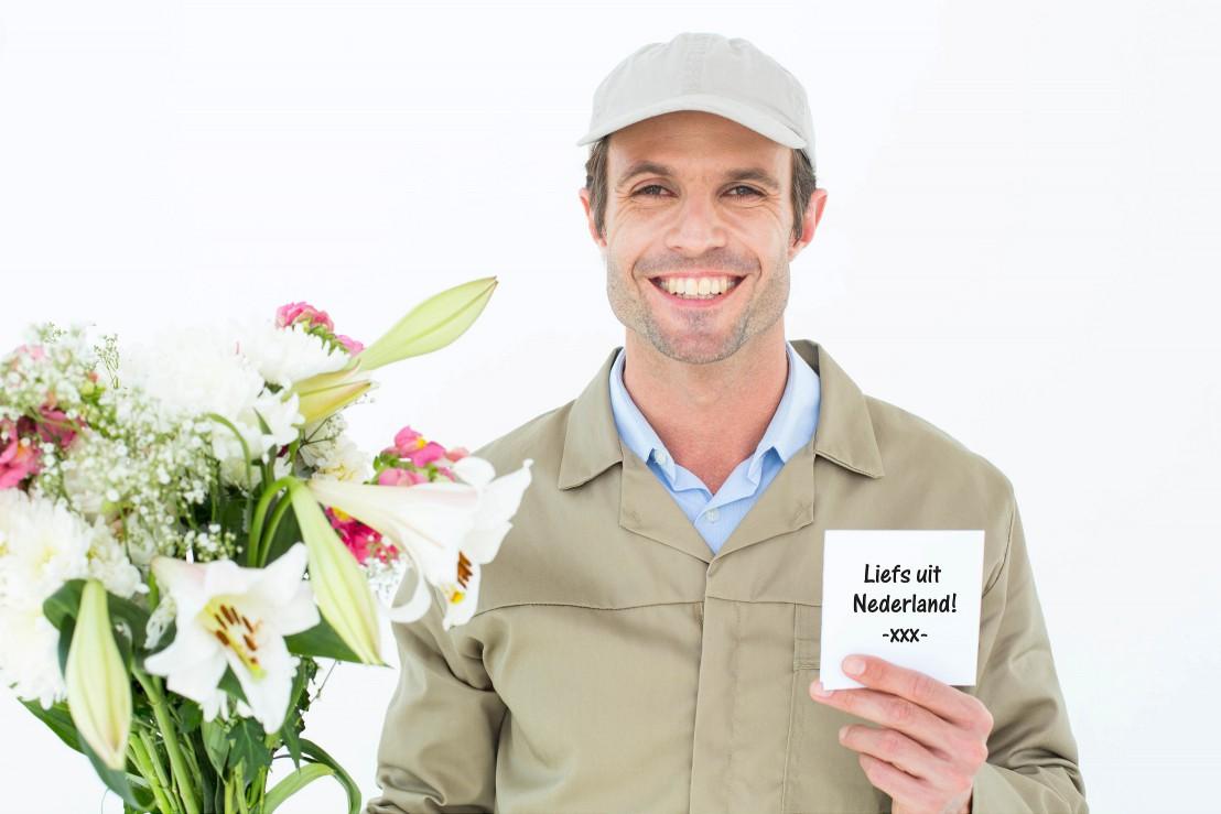 Bloemen bezorger komt boeket afleveren in buitenland