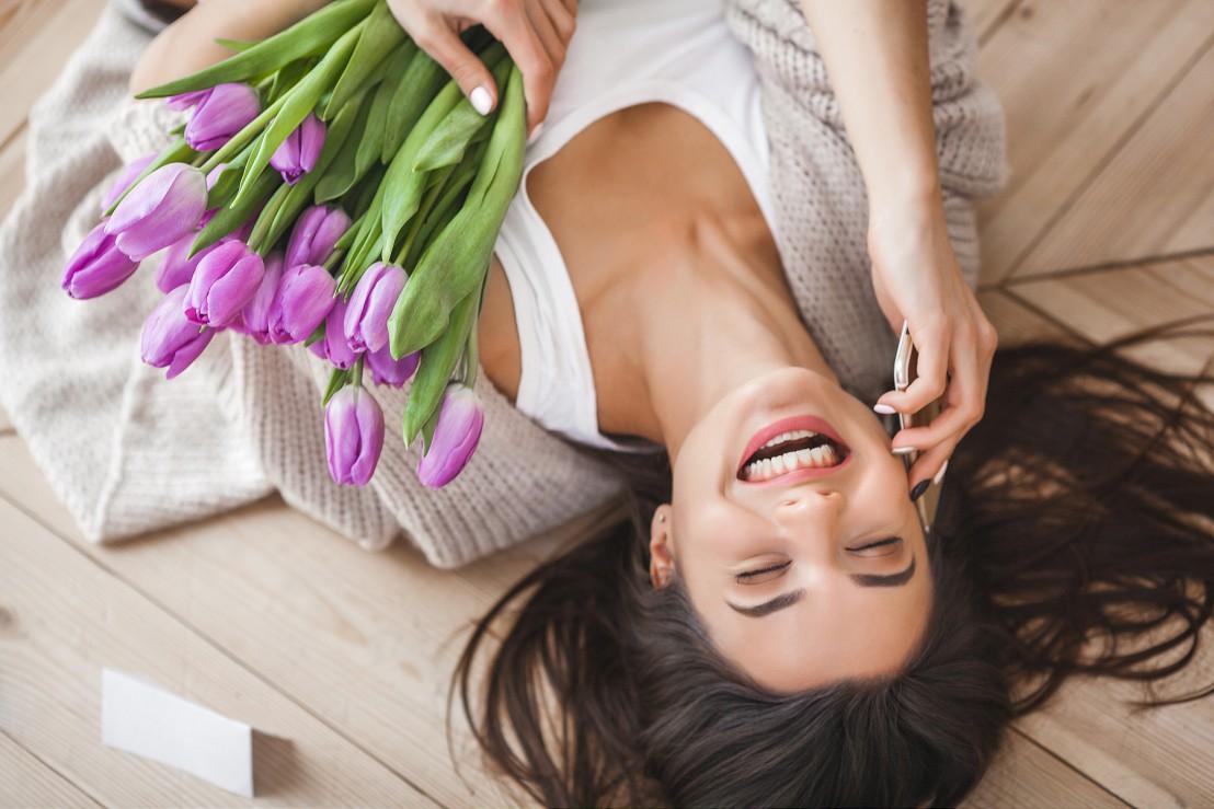 Deze vrouw is dolgelukkig met haar bloemen