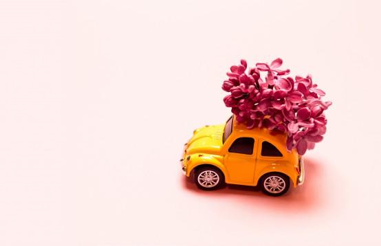 Kleine auto met bloemen om te bezorgen