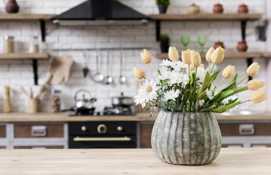 Bloemen staan ook mooi in de keuken
