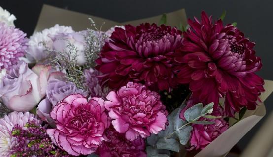 Mooie paarse rouwbloemen