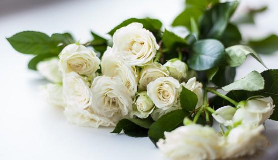 Witte rozen rouwbloemen