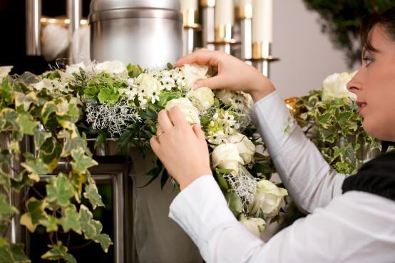Vrouw legt bloemen goed voor herdenking