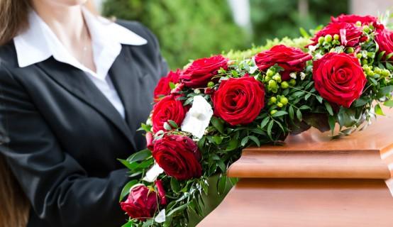 Rouwbloemen op een kist