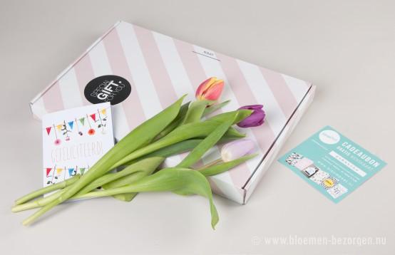 De bloemen komen binnen in een mooi doosje via de brievenbus