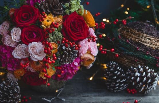 Kerstboeket online bestellen met prachtige winterbloemen en kerstdecoratie