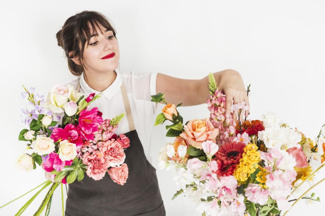 Bloemist sorteert bloemen voor bloemenabonnement van bijvoorbeeld Fleurop